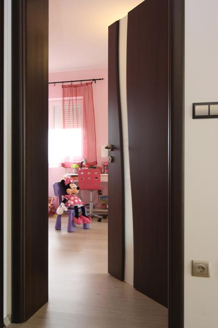 Gyerekbiztos üveges beltéri ajtó..