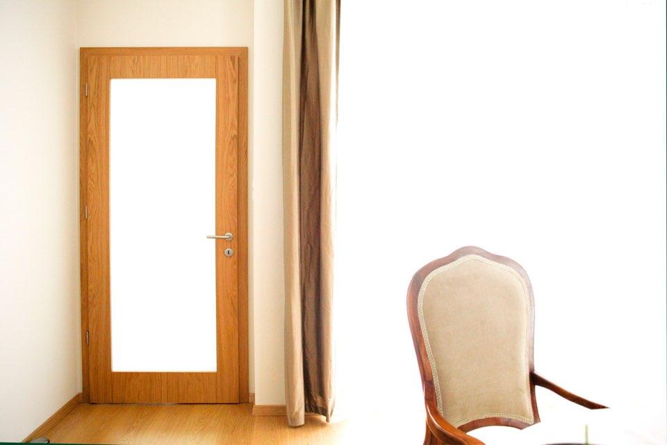 Phoenix és Kyoto fafurnér beltéri ajtó egy balatoni nyaralóban   Referencia - Ajtóház