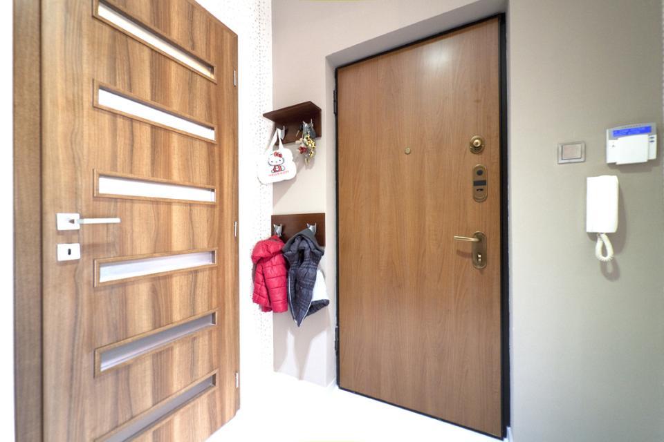 Üveg tolóajtóink, biztonsági bejárati ajtónk, és Phoenix beltéri ajtónk egy budai házban   Referencia - Ajtóház