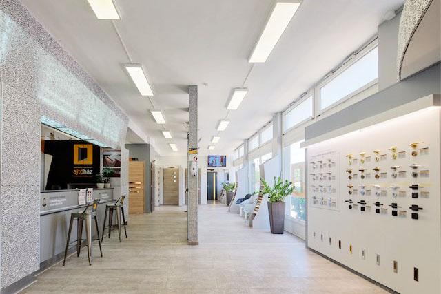 Több mint 70 nyitható minta ajtó élőben. Nálunk nem tenyérnyi mintákból vagy katalógusokból kell ajtót választanod!